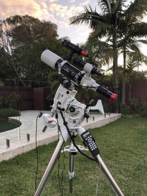 Mi telescopio listo para observar en el jardín de casa.